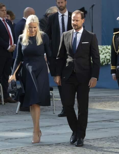Le prince Haakon et la princesse Mette-Marit de Norvège arrivent à la cérémonie de commémoration en mémoire des victimes des attentats d'Oslo de 2011, ce 22 juillet 2021