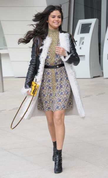 Selena Gomez en 2015 : Au défilé Louis Vuitton elle mixe sa robe à imprimés à un manteau chaud et des bottines