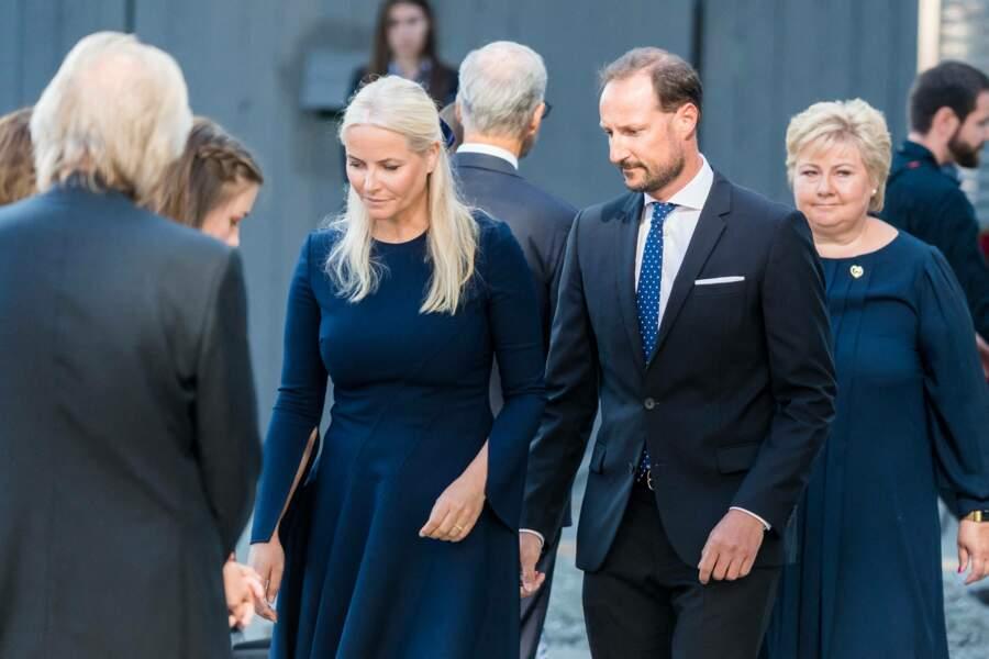 Le prince Haakon de Norvège, la princesse Mette-Marit et la Première ministre Erna Solberg arrivent à la dixième cérémonie hommage aux victimes de l'attentat d'Oslo en 2011, à Oslo, ce 22 juillet 2021
