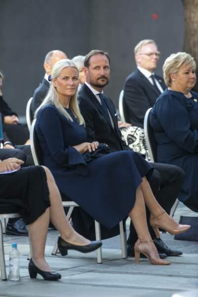 Pour compléter ce look sophistiqué et de circonstance, la princesse Mette-Marit de Norvège a enfilé une paire de sandales à talon beige, à Oslo, ce 22 juillet 2021