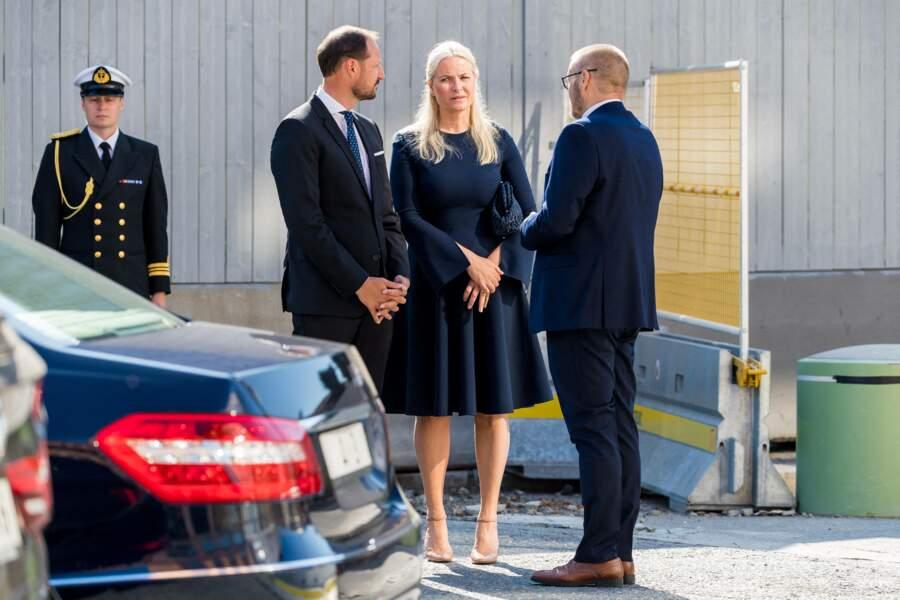 Malgré ses problèmes de santé, la princesse Mette-Marit de Norvège a tenu à accompagner son époux le prince Haakon pour rendre hommage aux victimes de l'attentat d'Oslo, ce 22 juillet 2021