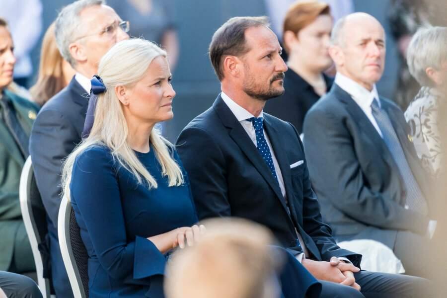 Au cours de cette cérémonie hommage, le prince Haakon de Norvège et sa femme la princesse Mette-Marit ont pu écouter le discours de la Première Ministre Erna Solberg, à Oslo, ce 22 juillet 2021