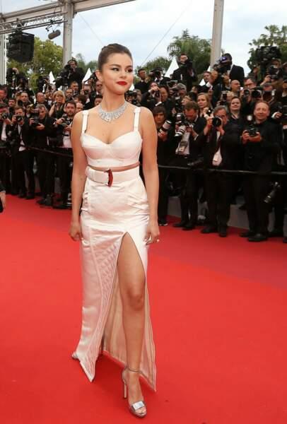Selena Gomez en 2019 : met en valeur ses longues jambes dans une robe crème fendue