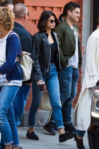 Selena Gomez en 2017 : rock et casual en veste en cuir et denim slim