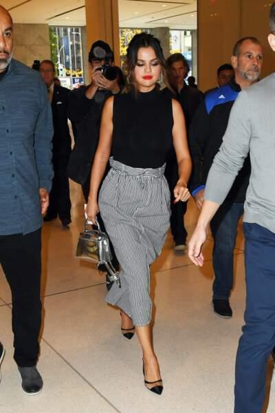 Selena Gomez en 2019 : Rétro elle met en avant ses hanches avec une jupe mi-longue et vintage à rayures et une jolie paire de talons