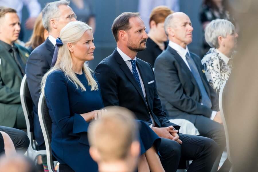 Dix ans ont passé après les attentats d'Oslo mais l'émotion peut se lire sur les visages du prince Haakon de Norvège et de son épouse Mette-Marit lors de la cérémonie d'hommage, ce 22 juillet 2021