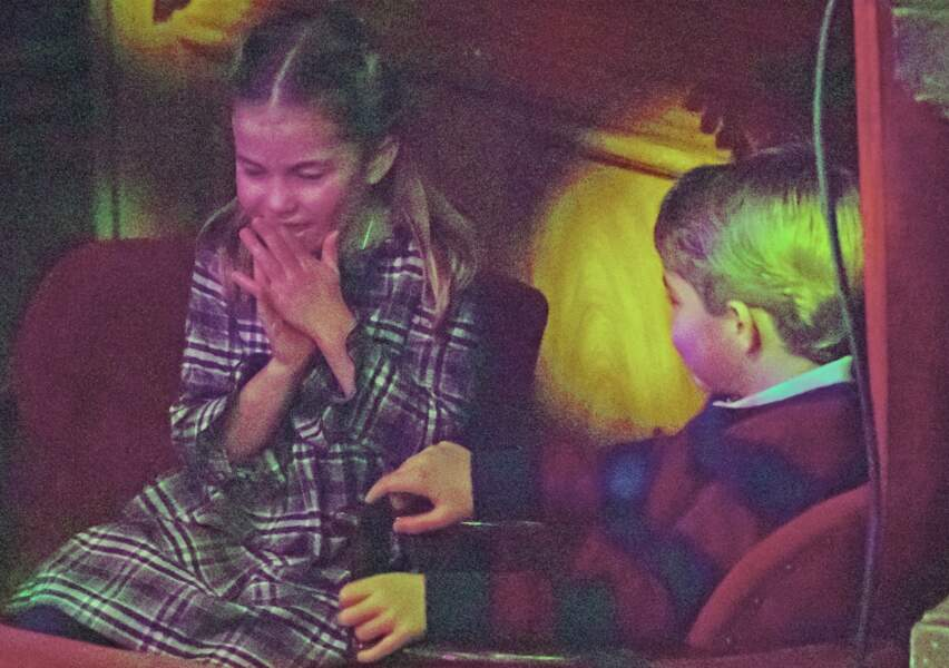Le prince George divertit sa soeur, la princesse Charlotte, lors d'un spectacle au Palladium, à Londres, en décembre 2020
