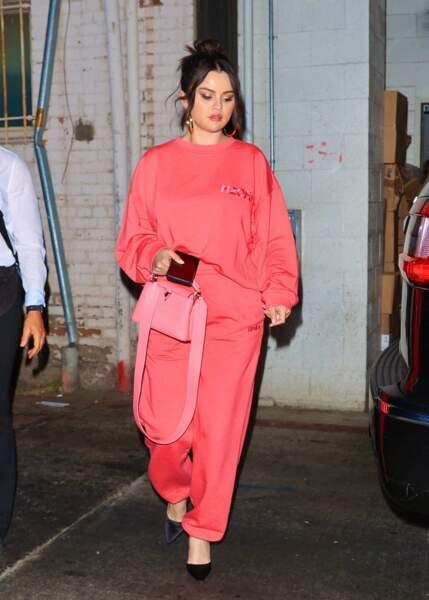 Selena Gomez en 2021 : ose l'ensemble de jogging rose saumon au restaurant avec des talons hauts
