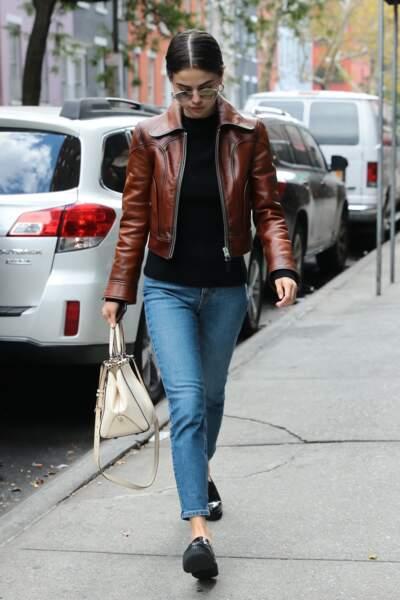 Selena Gomez en 2017 : Stylée en veste en cuir marron, jean bleu, mocassins et lunettes de soleil
