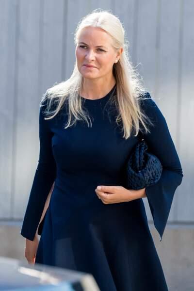 La princesse Mette-Marit de Norvège a rivalisé d'élégance dans une robe trapèze bleu marine aux longues manches fendues, à Oslo, ce 22 juillet 2021