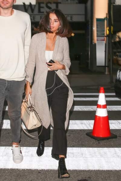 Selena Gomez en 2017 : casual dans la rue en long cardigan taupe, jean noir et bottines