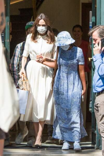 """Angelina Jolie aux côtés de sa fille  Zahara Jolie-Pitt, est sortie de l'exposition """"The World of Banksy : The Immersive Experience"""" dans le 9ème arrondissement de la capitale, à Paris, ce jeudi 22 juillet 2021"""