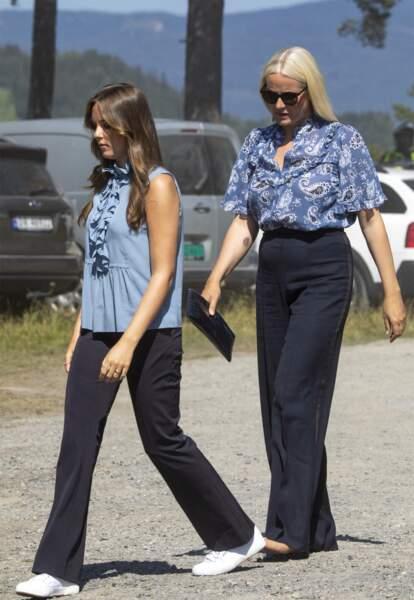 La princesse Ingrid Alexandra de Norvège et la princesse Mette-Marit de Norvège ont misé sur la tendance du pantalon taille haute et large