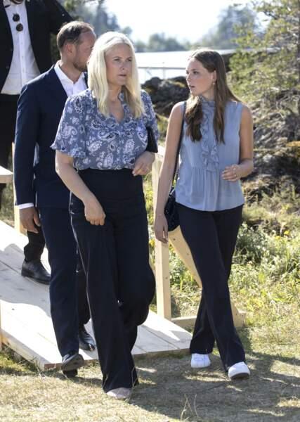 La princesse Mette-Marit élégante est coordonnée avec sa file, la princesse Ingrid Alexandra de Norvège à Oslo, le 22 juillet 2021.
