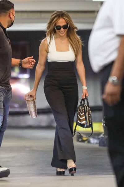 Jennifer Lopez souriante et élégante en top blanc à encolure carrée