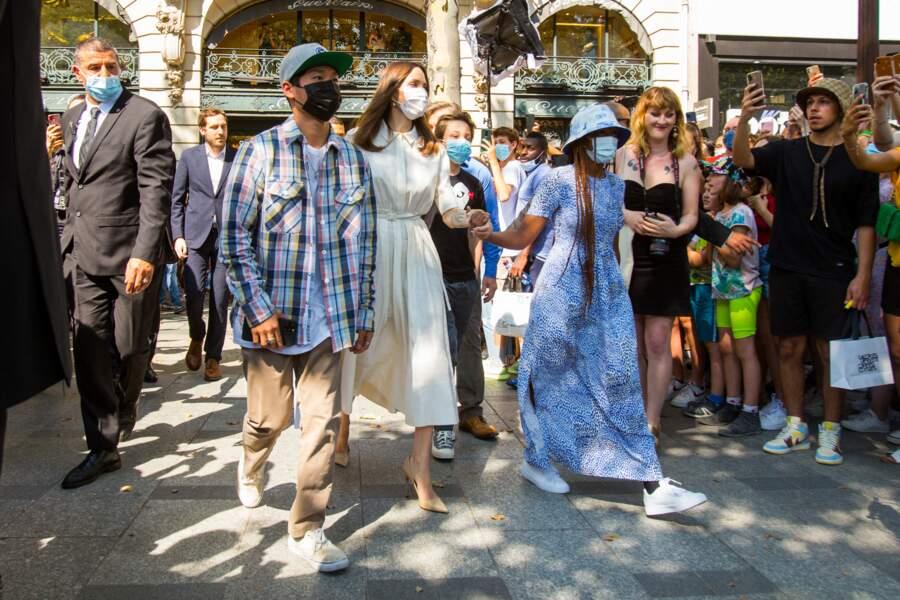 Pour compléter son look raffiné et estival, Angelina Jolie portait un petit sac à main Lady Dior, à Paris, ce jeudi 22 juillet 2021