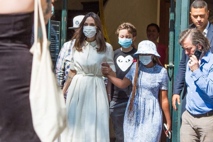 Angelina Jolie et ses enfants Zahara, Pax Thien et Knox Leon Jolie-Pitt ont été aperçus à la sortie de la boutique Guerlain, située sur l'Avenue des Champs Elysée, à Paris, ce jeudi 22 juillet 2021