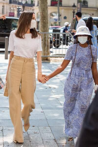 Angelina Jolie affichait une belle complicité avec sa fille Zahara Jolie-Pitt dans les rues de Paris, ce jeudi 22 juillet 2021