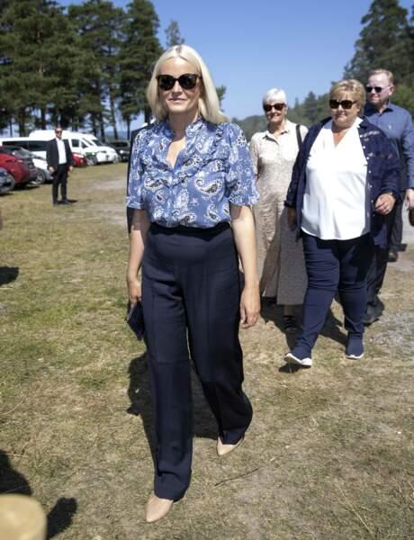 Chic, la princesse Mette-Marit a opté pour un pantalon long et droit bleu marine à Oslo, le 22 juillet 2021.