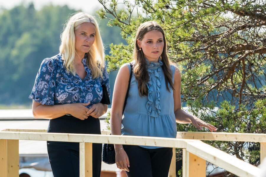La princesse Mette Marit de Norvège et sa fille la princesse Ingrid Alexandra assorties le 22 juillet 2021