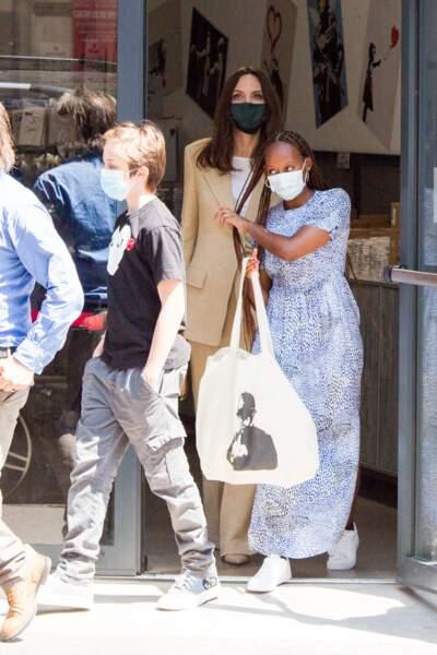 """Angelina Jolie et ses enfants ont visité l'exposition """"The World of Banksy : The Immersive Experience"""" dans le 9ème arrondissement de la capitale, avant de prendre la direction de la boutique Guerlain sur les Champs Elysée, à Paris, ce jeudi 22 juillet 2021"""