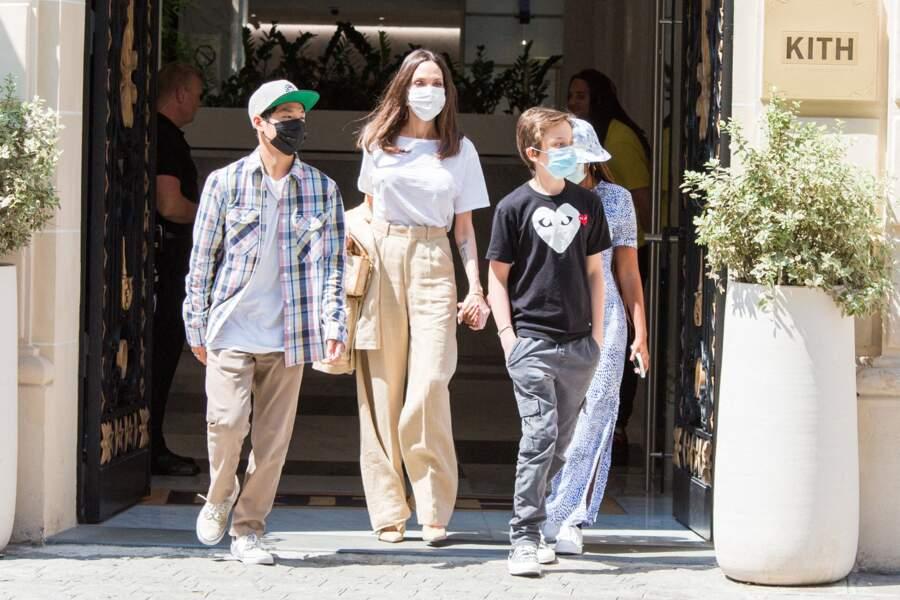 Angelina Jolie, Zahara, Pax Thien et Knox Leon Jolie-Pitt ont rendu hommage à la capitale de la mode en affichant des looks branchés et pointus pour aller déjeuner au KITH, à Paris, ce jeudi 22 juillet