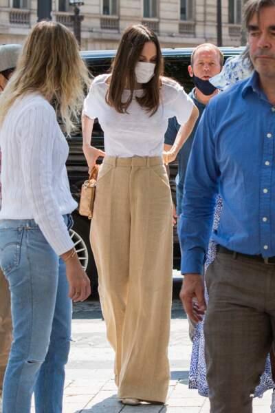 Angelina Jolie rivalisait d'élégance dans un pantalon large à pinces beige assorti à un tee-shirt blanc, à Paris, ce jeudi 22 juillet 2021