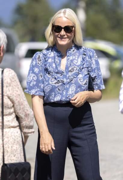Reine du style, la princesse Mette-Marit a misé sur une paire de lunettes noires XXL pour relever son look estival à Oslo, le 22 juillet 2021