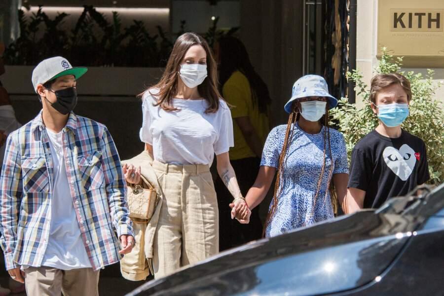 Après s'être restaurés au KITH, Angelina Jolie et ses enfants Zahara, Pax Thien et Knox Leon Jolie-Pitt ont pris la direction de l'Avenue des Champs Elysée pour se rendre à la boutique Guerlain, à Paris, ce jeudi 22 juillet 2021