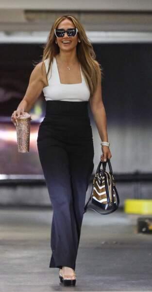 Jennifer Lopez stylée en pantalon noir taille haute