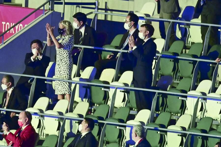 Emmanuel Macron et Jill Biden en train d'applaudir pendant la cérémonie d'ouverture des Jeux Olympiques de Tokyo 2020, le 23 juillet