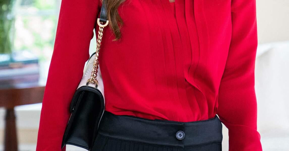 Toujours apprêtée, Rania de Jordanie s'est présentée à Washington avec un élégant sac à main en cuir blanc et noir.