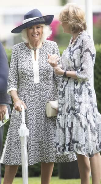 Vêtue de blanc et de bleu marine, Camilla Parker Bowles profite du King George Diamond Weekend pour revoir des connaissances.