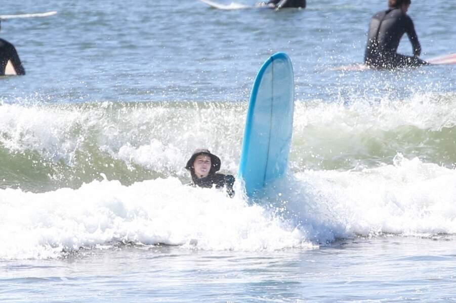 Leighton Meester cherche à apprivoiser les vagues à Malibu lors d'une sortie en solo pour faire du surf, le 24 mars 2021.