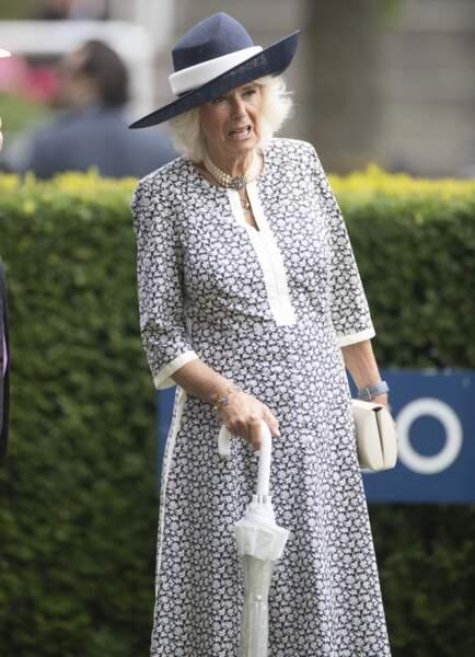 Munie d'un parapluie blanc, Camilla Parker Bowles est apparue très chic sur le gazon de l'hippodrome d'Ascot pour le King George Diamond Weekend.
