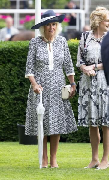Du chapeau aux chaussures, Camilla Parker Bowles a opté pour une robe fleurie à l'hippodrome d'Ascot pour le King George Diamond Weekend.