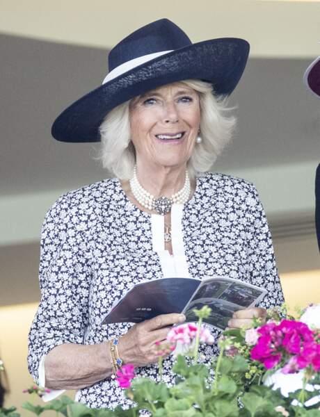Depuis les tribunes, Camilla Parker Bowles attire l'objectif des photographes avec sa tenue chic à l'hippodrome d'Ascot.