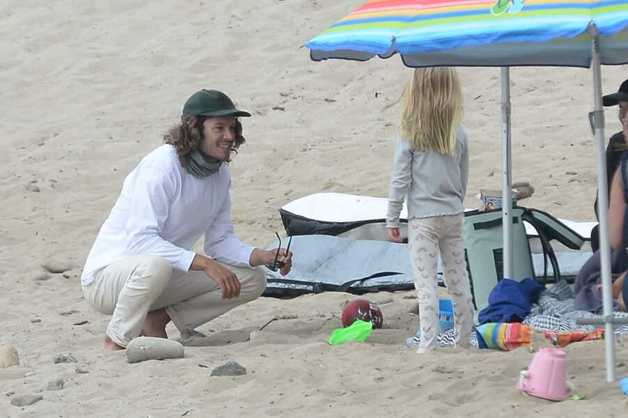 Le 24 avril 2021, Adam Brody n'a pas hésité à profiter d'une belle journée sur la plage de Malibu, pour une séance de surf et de farniente sur le sable chaud avec sa fille Arlo, 5 ans