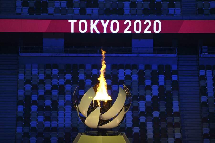 Emmanuel Macron a admiré la flamme des JO s'allumer lors de la cérémonie d'ouverture des Jeux Olympiques de Tokyo 2020, le 23 juillet