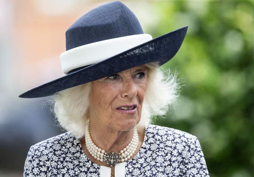 Camilla Parker Bowles sublimée par son chapeau bleu marine accordé à sa robe au King George Diamond Weekend.