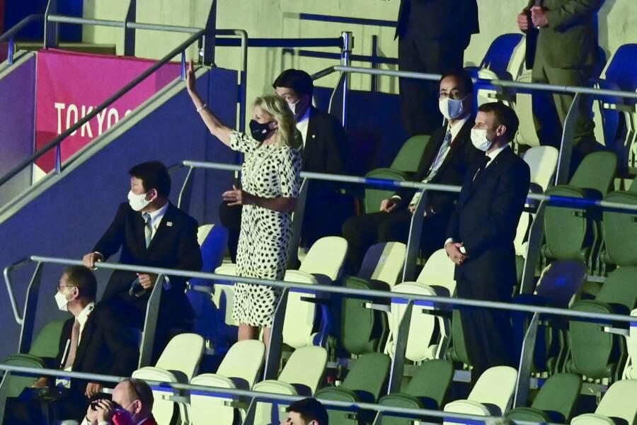 Jill Biden salue la foule aux côtés d'Emmanuel Macron, lors de la cérémonie d'ouverture des Jeux Olympiques de Tokyo 2020