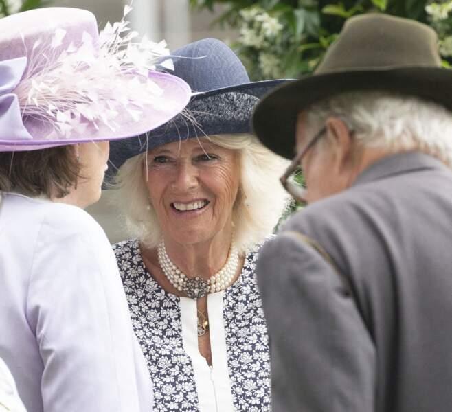 Venue seule au King George Diamond Weekend, la duchesse de Cornouailles en profite pour discuter avec les invités.