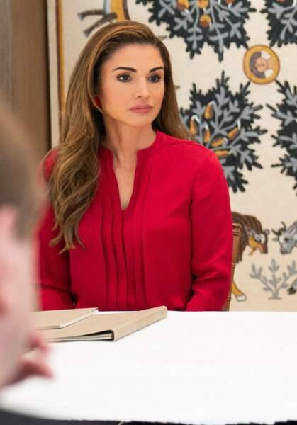Pour cette réunion à Washington, Rania de Jordanie a misé sur un magnifique chemisier rouge éclatant.