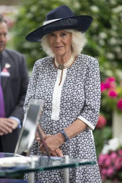 Camilla Parker Bowles prend le temps de tout découvrir lors de la dernière journée du King George Diamond Weekend.