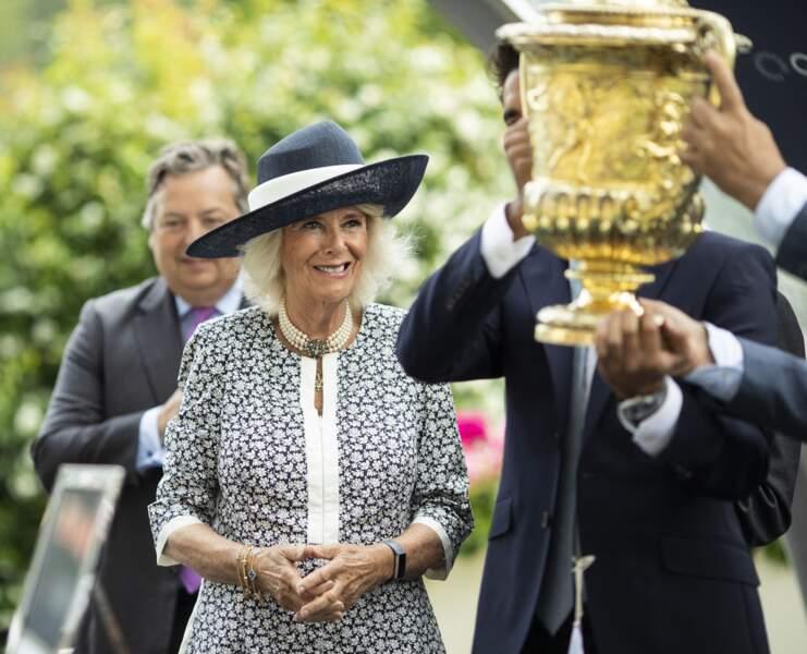 Le trophée présenté à Camilla Parker Bowles à l'ouverture de la dernière journée du King George Diamond Weekend.