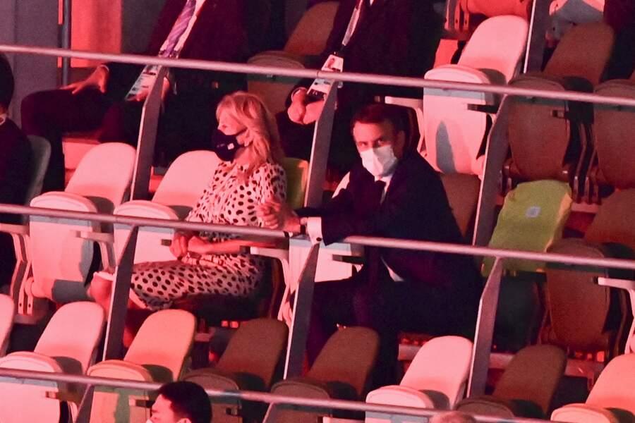 Emmanuel Macron aux côtés de Jill Biden, lors de la cérémonie d'ouverture des Jeux Olympiques de Tokyo 2020, le 23 juillet.