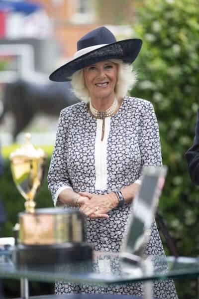 Souriante et radieuse, Camilla Parker Bowles profite des festivités à l'hippodrome d'Ascot pour le King George Diamond Weekend.