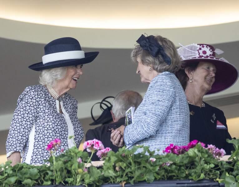 La duchesse de Cornouailles, toute en élégance, en pleine discussion avec les autres invités de la tribune au King George Diamond Weekend.