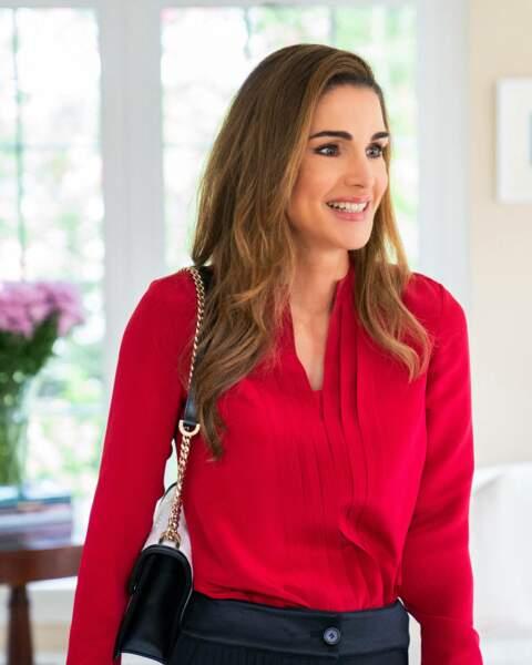 Rania de Jordanie est apparue sublime pour sa visite à Washington, en chemisier écarlate.