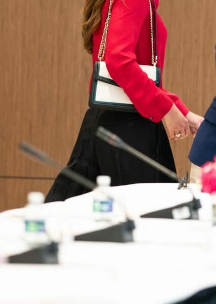 Reine du style, Rania de Jordanie était particulièrement élégante pour cette réunion à Washington, dans un chemisier rouge écarlate.